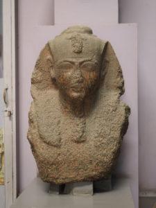 Le Caire, JE 27856 – CG 38104. Granit. H. 84,4 ; l. 60 cm. Mit Rahina, temple de Ptah. Fouilles d'A.Mariette (1892). Photographie : Simon Connor.