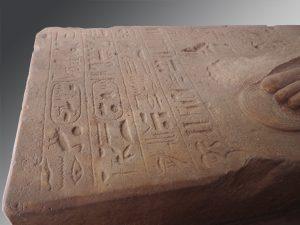 Statue porte-enseigne de Thoutmosis IV (détail de la base). Le Caire, JE 43611. Quartzite. H.280 ; l.57,5 ; P.136 cm. Karnak, Ouadjyt. Photographie : Simon Connor.