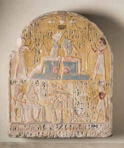 Stèle funéraire de Kha et Merit, présente dans les collections du musée depuis l'acquisition du fond Drovetti en 1824. XVIIIème dynastie (1539-1292 av. JC), grès, Museo Egizio di Torino, C. 1618.