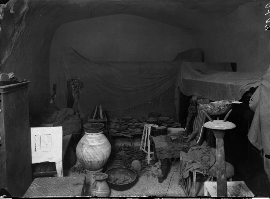 Tombe de Kha et Merit telle qu'elle fut découverte par Schiaparelli et son équipe en 1906, soit presque un siècle après l'acquisition de leur stèle funéraire par le musée de Turin. Photographie d'archive du Museo Egizio di Torino, C. 2070.